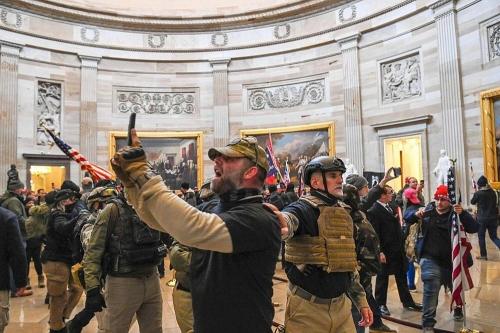 les-manifestants-pro-trump-a-l-interieur-du-capitole-photo-saul-loeb-afp-1609963838.jpg