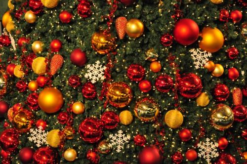 Christkugeln_am_Weihnachtsbaum_im_Glattzentrum_in_Wallisellen_2011-11-19_18-50-16.JPG