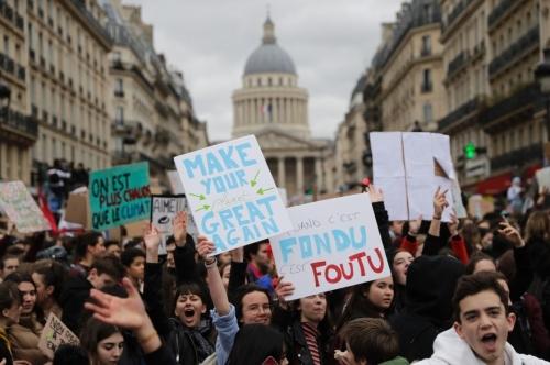 manifestent-participent-a-la-marche-pour-le-climat-a-paris-le-15-mars-2019.jpg