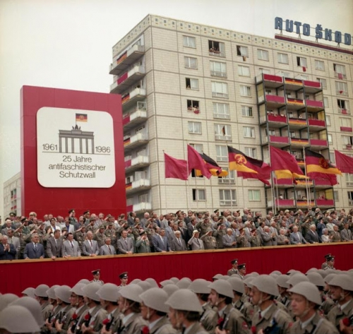 Bundesarchiv_Bild_183-1986-0813-460,_Berlin,_Parade_von_Kampfgruppen_zum_Mauerbau.jpg