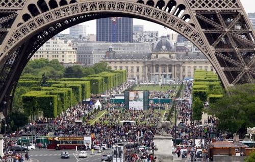 tour-eiffel-de-paris-avec-des-touristes-et-des-parisiens.jpg