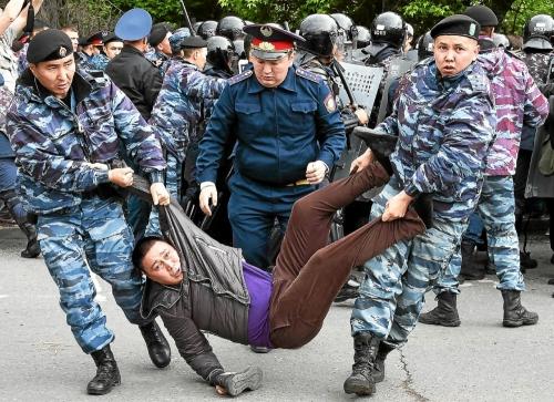 un-partisan-de-l-opposition-arrete-par-les-forces-de-police_4621079.jpg