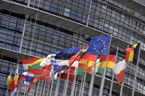 1054614-les-drapeaux-des-etats-membres-de-l-union-europeenne-devant-le-parlement.jpg