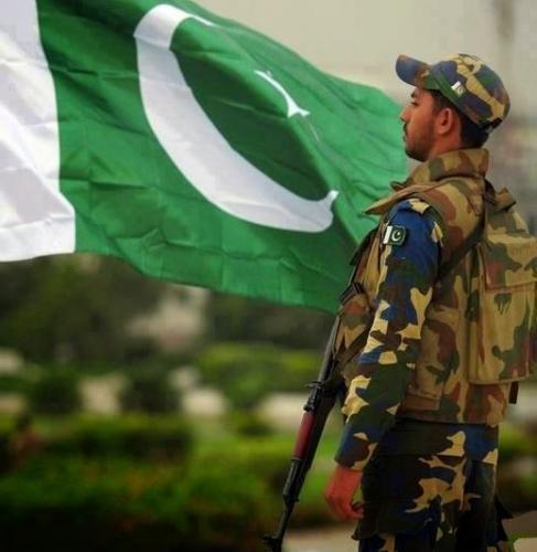 Pakisstan Army Sodier Standing With Flag Of Pakistan-sarzameenpak.blogspot.com.jpg