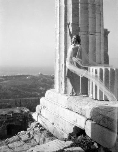 nelly's_mona_paeva_dansant_sur_le_parthenon_1927_2.jpg