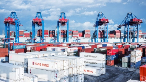 HHLA-Container-Terminal-Tollerort-CTT-modern-container-gantry-cranes-discharge-and-load-a-container-mega-ship-operated-by-shipping-company-Cosco.-Photo-HHLA-Thies-Rätzke-800x450.jpg