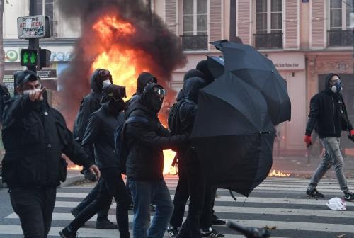 s-infiltrant-au-sein-des-manifestations-les-black-blocs-sont-souvent-constitues-de-petits-groupes-tres-mobiles-et-habilles-de-noir-photo-alain-jocard-afp-1606768029.jpg