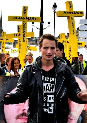 antoine-boudinet-un-manifestant-qui-a-perdu-sa-main-droite-dans-l-explosion-d-une-grenade-lacrymogene-gli-f4-participe-a-une-manifestation-autour-des-mutiles-gilets-jaunes-le-22-septembre-2019-a-bordeaux_6213798.jpg