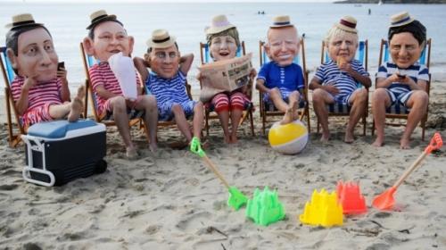 des-militants-avec-des-masques-a-l-effigie-des-dirigeants-du-g7-lors-d-une-action-menee-par-oxfam-a-falmouth-le-11-juin-2021.jpg