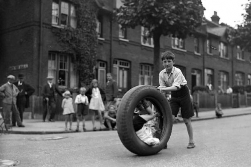 Children-race-with-motor-car-tyre.jpg