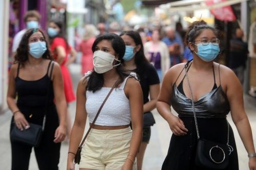 personnes-qui-portent-un-masque-a-argeles-sur-mer-pres-de-perpignan-le-22-juillet-2020.jpg