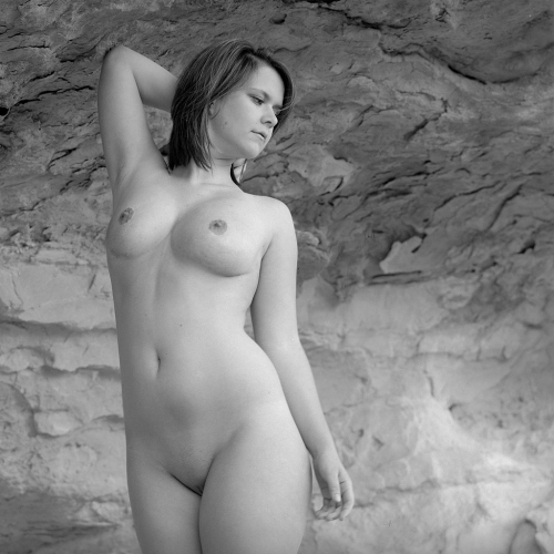 Nude_woman_black_and_white_posed_shot.jpg