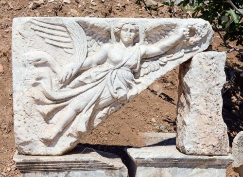 21035934-sculpture-sur-pierre-de-la-déesse-nike-dans-les-ruines-de-l-ancienne-ephèse-en-turquie.jpg