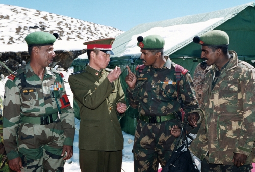 soldats-indiens-chinois-discutent-frontiere-octobre-2006_0_1399_947.jpg