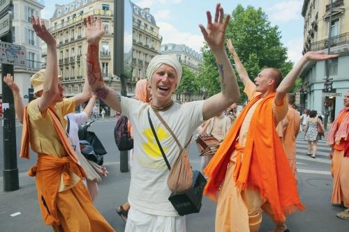 grandes-organisations-sectaires-annees-1980-1990-fontparler-delles-Ici-quelquesadeptes-Hare-Krishna-dansent-parisienne_0_1399_933.jpg
