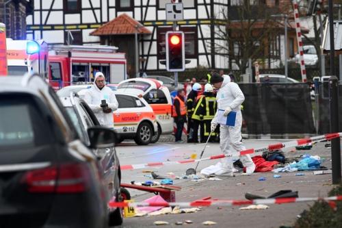 policiers-scientifique-relevent-indicesqu-voiture-fonce-defile-carnaval-24-fevrier-2020-Volkmarsen-Kassel-Allemagne_0_729_486.jpg