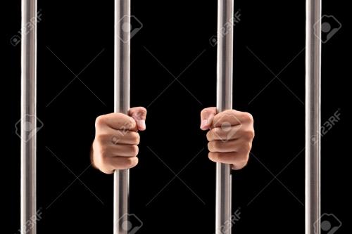 22220923-homme-mains-tenant-les-barreaux-isolés-sur-fond-noir.jpg