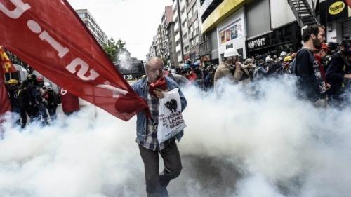 tuerkische-demonstranten-fliehen-vor-den-wasserwerfern-der-polizei.jpg
