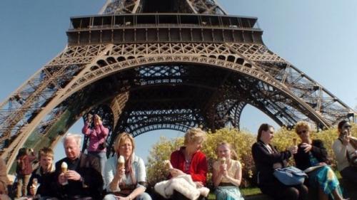 des-touristes-mangent-des-glaces-devant-la-tour-eiffel-a-paris_1054455.jpg