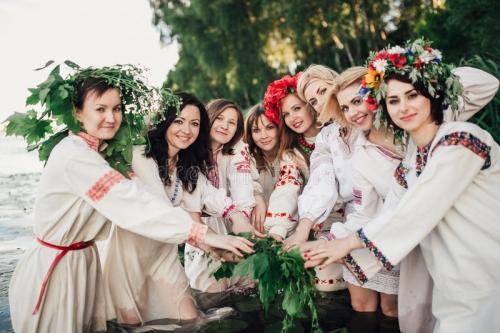 ceremonia-eslava-pagana-joven-de-la-conducta-de-la-muchacha-el-pleno-verano-73739597.jpg