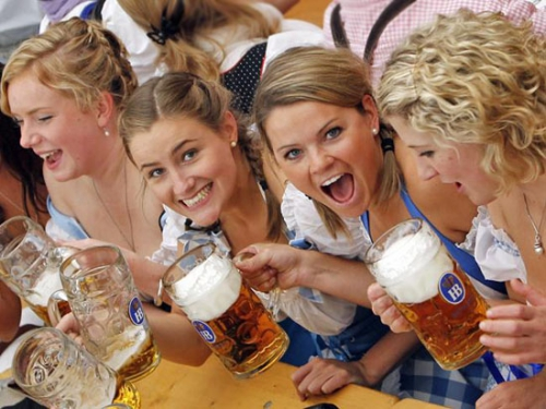 oktoberfest-girls-dirndl-beer-16.jpg