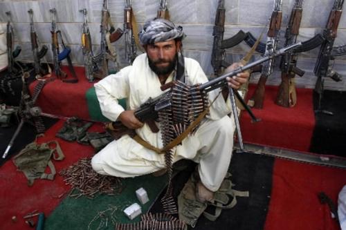 116360-taliban-repenti-pose-devant-attirail.jpg