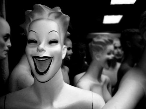 11-mannequins-horribles-imbecile-heureux-2.jpg