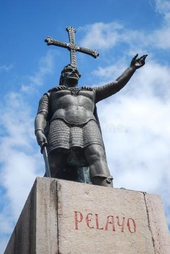 don-pelayo-statue-la-de-mettent-le-fond-et-ciel-bleu-avec-des-nuages-143069424.jpg