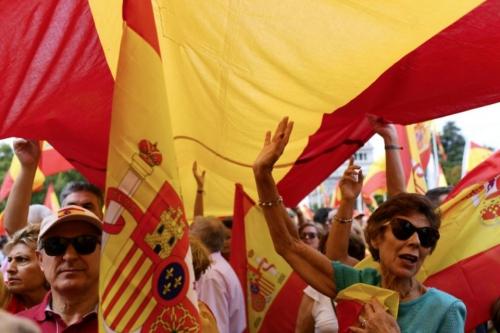1060220-manifestation-pour-defendre-l-unite-de-l-espagne-a-la-veille-d-un-referendum-d-autodetermination-con.jpg