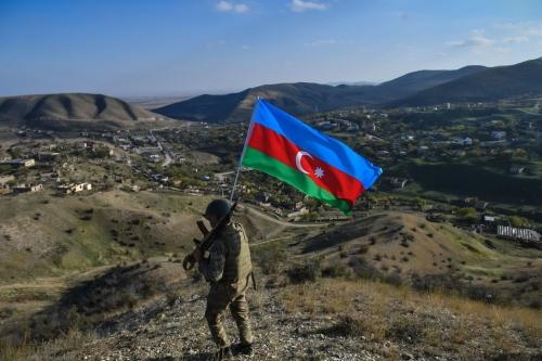 soldat-larmee-azerbaidjanaise-portant-drapeau-region-Haut-Karabakh-23-octobre_0_1400_933.jpg