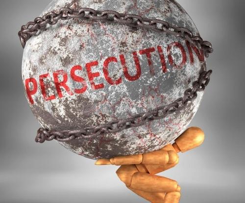 persécution-et-difficultés-dans-la-vie-décrite-par-de-mot-en-tant-que-poids-lourd-sur-les-épaules-pour-symboliser-comme-181627555.jpg