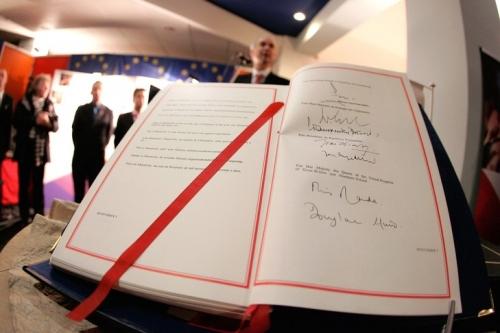 traite-lUnion-europeenne-signe-Maastricht-7-fevrier-1992-ministres-affaires-etrangeres-Etats-membres-CEE_0_730_486.jpg