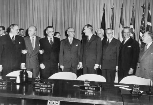 1315521-Les_représentants_des_nations_signataires_du_pacte_de_lAtlantique_à_Washington_le_27_janvier_1950.jpg