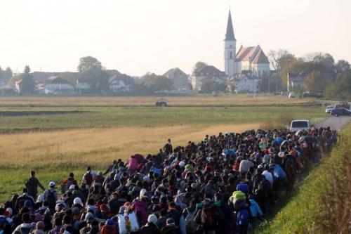 migrants-escortes-par-des-policiers-et-des_bf9806315a03924c08c08419defef2e2.jpg