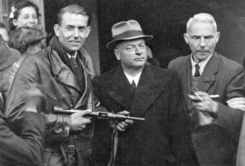 Arrestatie-van-Anton-Mussert-1945.jpg