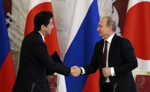 590431_le-premier-ministre-japonais-shinzo-abe-serre-la-main-de-vladimir-poutine-le-29-avril-2013-a-moscou.jpg
