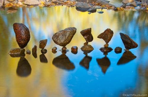 pierres-equilibre-gravite-Michael-Grab-wikilinks-1.jpg
