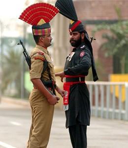 LInde-et-le-Pakistan-à-la-frontière-de-Wagah..jpg