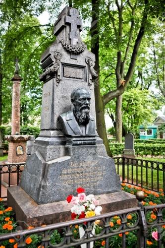 37487940-sculptural-monument-sur-la-tombe-de-fiodor-dostoïevski-un-célèbre-romancier-russe-conteur-essayiste-jour.jpg