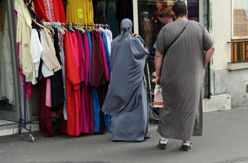 femme-partiellement-voilee-homme-devant-magasin-hijabs-2011-Paris_0_728_480.jpg