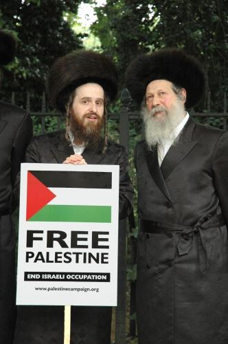 1200px-Members_of_Neturei_Karta_Orthodox_Jewish_group_protest_against_Israel_2.jpg