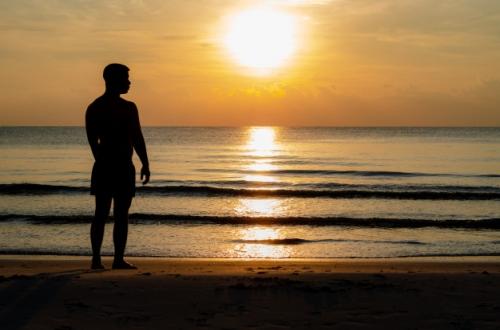 photo-silhouette-homme-seul-plage-profite-du-moment-du-lever-du-soleil_74663-111.jpg