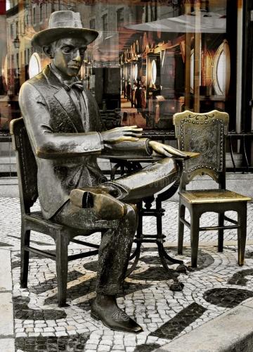 estátua-de-fernando-pessoa-fora-do-café-um-brasileira-em-lisboa-40229179.jpg