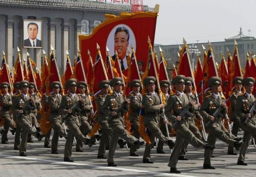 parade-militaire-en-coree-du-nord-en-avril_c3a8da1346fa96e55b426b55bb05fa43.jpg