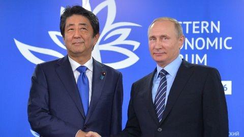 le-president-vladimir-poutine-d-et-le-premier-ministre-japonais-shinzo-abe-lors-d-une-rencontre-a-vladivostok-le-2-septembre-2016_5661701.jpg