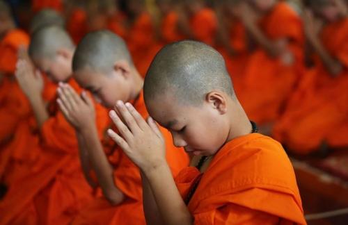 moine-bouddhiste-enfant-theravada-thailande.jpg