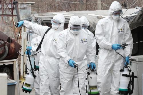 7800208987_des-soldats-sud-coreens-desinfectant-avec-du-spray-afin-de-lutter-contre-le-coronavirus.jpg