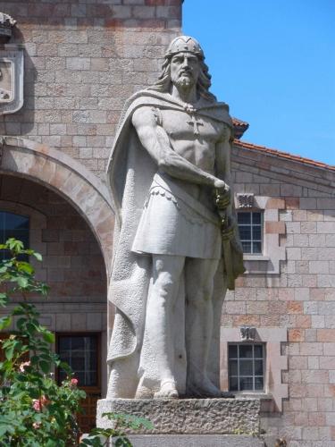 Cangas_de_Onís_-_Monumento_a_Don_Pelayo.jpg