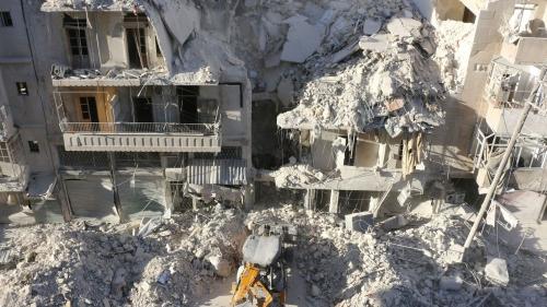 un-tracteur-deblaye-les-ruines-d-un-immeuble-detruit-par-une-frappe-aerienne-dans-un-quartier-rebelle-d-alep-le-24-septembre-2016_5696071.jpg