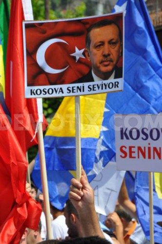 1372453379-people-in-kosovo-protest-in-favor-of-turkish-pm-erdogan_2203285.jpg